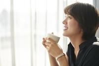 カフェにいる笑顔の日本人女性