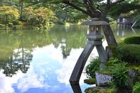 石川県 兼六園の徽軫灯籠と霞ヶ池