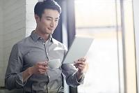 タブレットを利用するビジネス男性