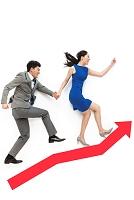 グラフの上を上昇していくビジネスパーソンたち