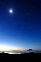 山梨県 南アルプス市 南アルプス北岳から望む夜明けの富士山と...
