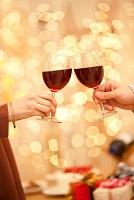 ワインで乾杯している男女の手