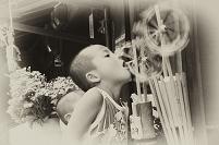 風車で遊ぶ男の子