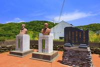 長崎県  出津教会堂のマルク・マリー・ド・ロ神父像と中村近蔵翁...