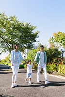 住宅街を散歩する家族