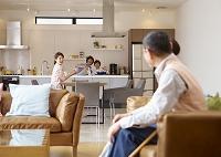 日本人の三世代家族がいるリビング