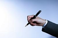 ペンを持つ日本人ビジネスマンの手