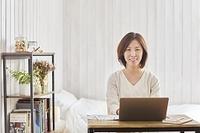 テレワークする日本人女性