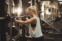 ウェイトトレーニングする女性