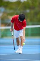 サーブを打つテニスプレーヤー