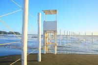 神奈川県 サーファーと海水浴客を分ける白杭と監視台