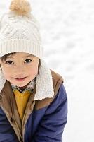 雪山で遊ぶ男の子