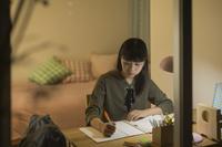 机で勉強をする日本人の女の子