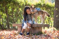 紅葉と日本人の子供