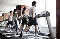 ジムでジョギングする人たち