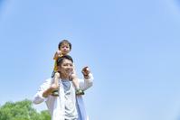 息子を肩車する父親