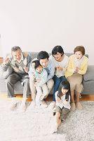 応援をする日本人の三世代家族