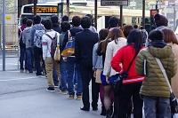 大阪府 市バスを待つ行列