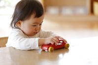 車のおもちゃで遊ぶ日本人の幼児