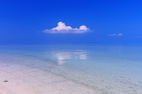 沖縄県 エメラルドグリーンの海と空 コンドイ浜 竹富島