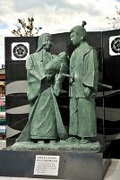 愛知県 織田信秀と土田御前に抱かれた幼少期の信長像