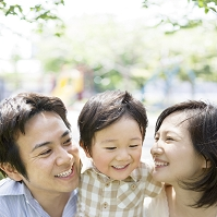 寄り添う日本人家族