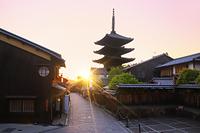京都府 夕刻の八坂の塔と八坂道