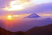 山梨県 丸山林道から望む朝日輝く空と富士山