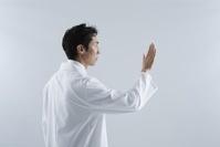 白衣の男性 スタジオ撮影
