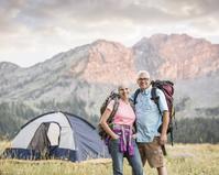 ハイキングするシニア夫婦