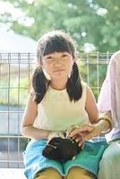 動物と触れ合う日本人の女の子