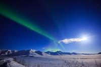 アメリカ合衆国 アラスカ 北極圏アティガンパスに舞うオーロラ