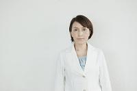 白スーツを着た日本人女性