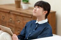 遠くを眺める日本人の女の子