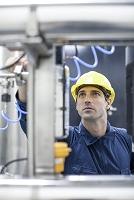 工場で働く技術者
