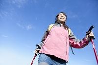 登山する日本人女性