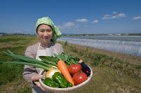 野菜を持つ日本人女性