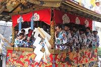 京都府 祇園祭山鉾巡行 新町通を進む長刀鉾とはやし方