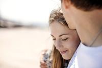 ビーチにいる若いカップル
