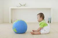 リビングでお座りしている赤ちゃん