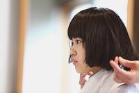ヘアカットする若い日本人女性