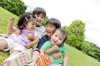公園で遊ぶ日本人の子供たち