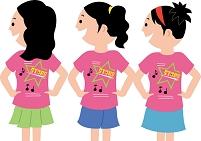 お揃いのTシャツを着た若い女性