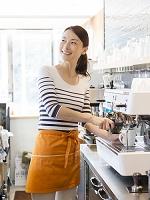 コーヒーを注ぐ日本人女性