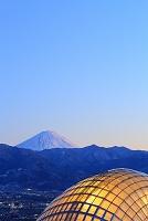山梨県 笛吹川フルーツ公園 夕日に染まる富士山と温室ドーム