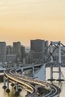 東京都 江東区 レインボーブリッジと芝浦方面のビル群 夕景