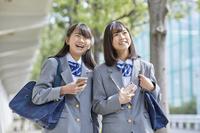 スマートフォンを持つ女子中学生