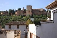 スペイン グラナダ アルバイシン地区 路地よりアルハンブラ宮殿