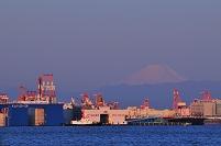 コンテナターミナルと富士山