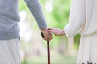 杖をつく中高年夫婦の手元